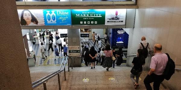 JR線渋谷駅の中央改札前の急な階段
