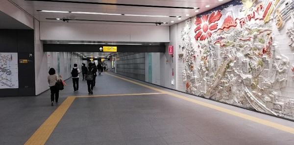 渋谷駅の地下通路(明治通りの下、壁面オブジェ)