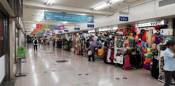 渋谷駅の地下通路(昭和なお店が並ぶ)
