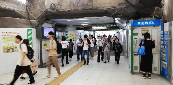 渋谷駅のハチ公改札前の通路