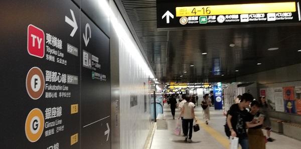 渋谷駅、半蔵門線改札前の通路を東横線方面へ向かうナビ
