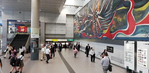 渋谷駅、京王井の頭線の通路(岡本太郎の絵画の下)