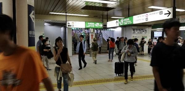 JR渋谷駅の中央改札前の通路