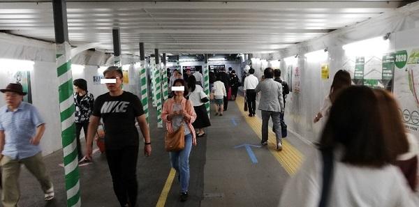 渋谷駅の構内通路(南改札前)