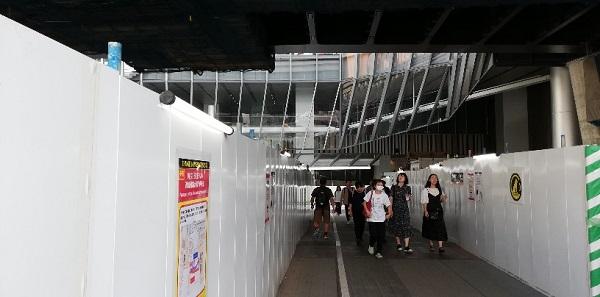 渋谷駅の宮益坂口、高架下
