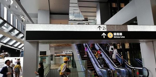 渋谷駅スクランブルスクエアの1Fエスカレーター