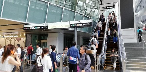 渋谷駅スクランブルスクエアの2Fエスカレーター