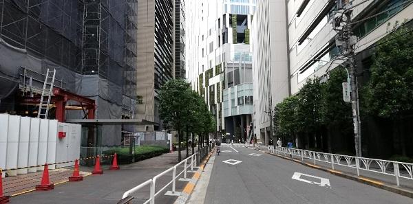 渋谷駅の新南口前、遠くに見える渋谷ストリームのビル