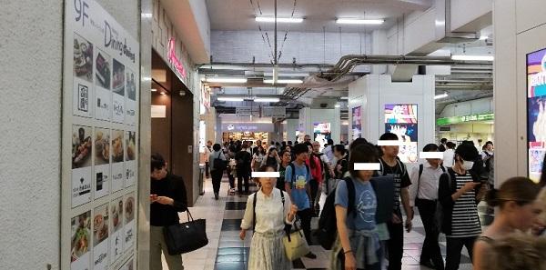 渋谷駅の2F玉川改札前の通路