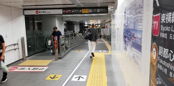 東横/副都心線のヒカリエ方面に向かう通路(動く歩道)
