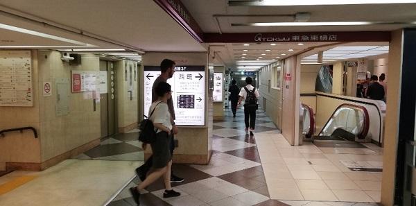 渋谷東急百貨店内、銀座線の東急百貨店方面改札前