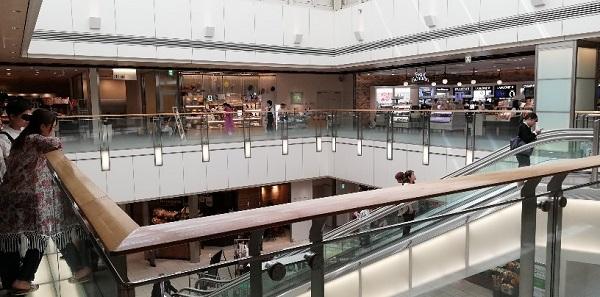 品川駅の構内のエキュート品川の吹抜けスペース