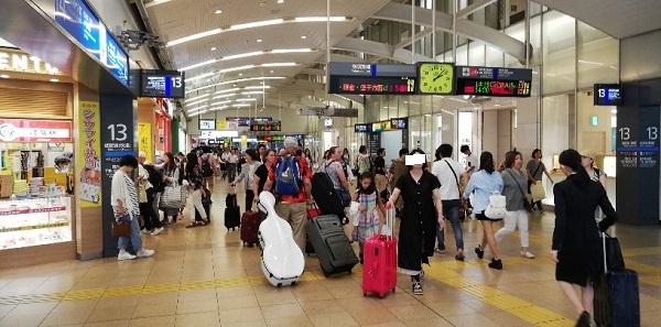 品川駅の構内、新幹線乗り場の前の通路の混雑