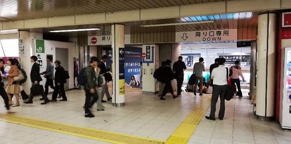 JR渋谷駅の中央改札前の急な階段