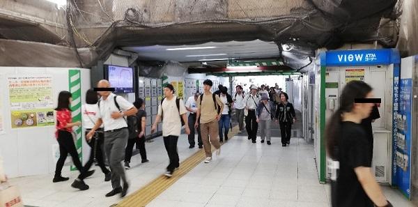JR渋谷駅のハチ公改札前から宮益坂口へ向かう通路