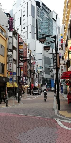 京王渋谷駅、西口から渋谷フクラスへ向かう