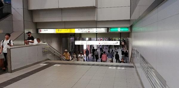 渋谷駅井の頭線構内、岡本太郎の壁画下の通路