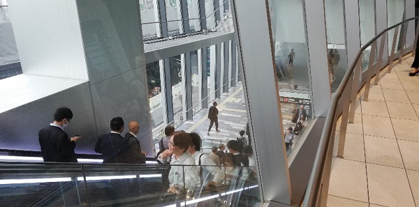 渋谷スクランブルスクエア東棟のエスカレーターを降りる