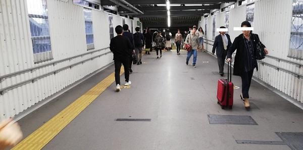 渋谷駅、銀座線の改札前の通路