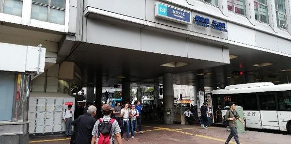 渋谷駅のハチ公広場前の高架下(東京メトロのナビの下)