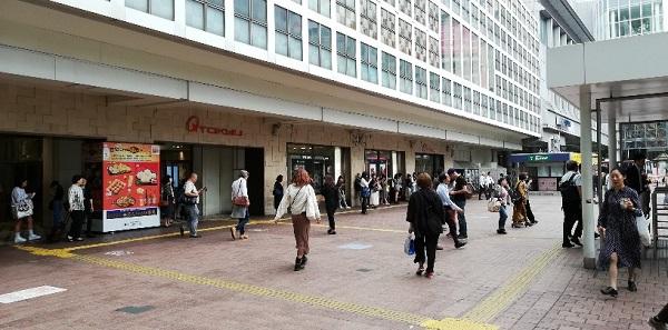 渋谷駅のハチ公広場前(東急百貨店東横線前)