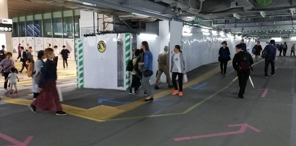 渋谷駅東口から西口へ向かう通路