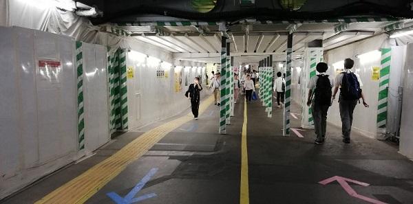 渋谷駅の東口から西口へ向かう