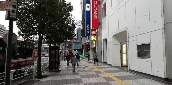 渋谷駅京王井の頭線、高架下から横浜フクラスへ向かう
