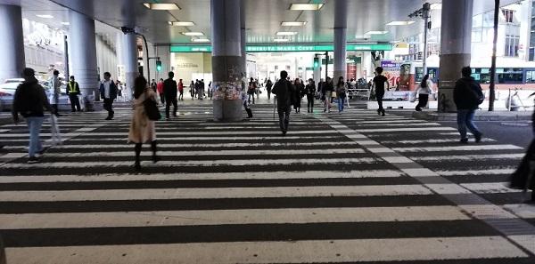 渋谷マークシティ、高架下の横断歩道