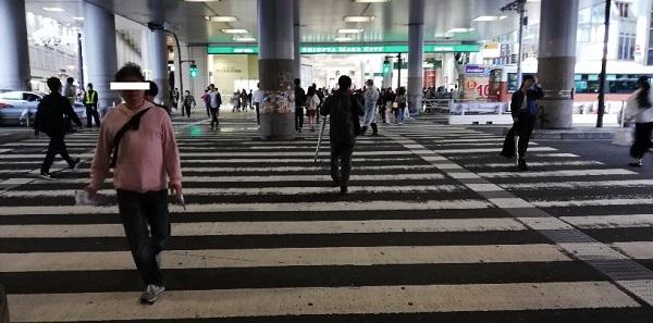 渋谷マークシティ前の高架下の信号を渡る