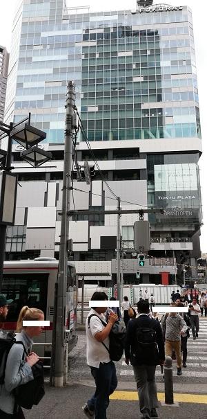 渋谷駅西口のバスターミナル前の信号2つ