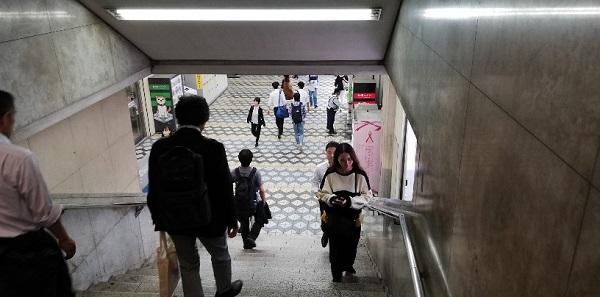 渋谷駅の西口しぶそば前、ATM横の階段を降りる