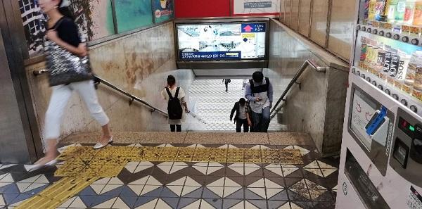 渋谷駅の西口、しぶそば前、ATM横の階段