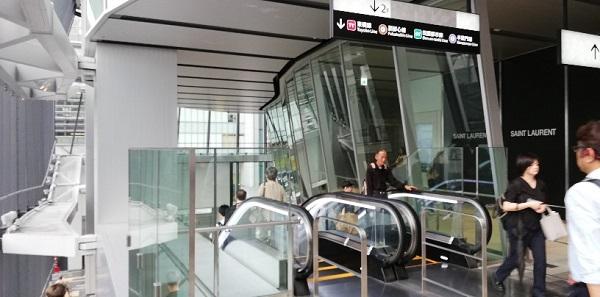 渋谷スクランブルスクエア東のエスカレーターを降りる