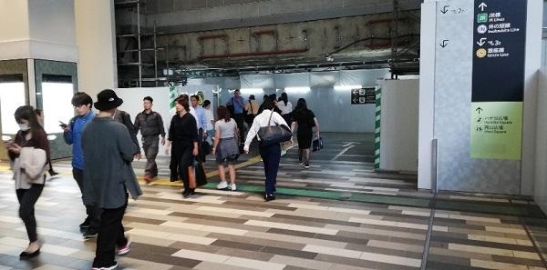 渋谷スクランブルスクエアから渋谷駅の西口へ向かう