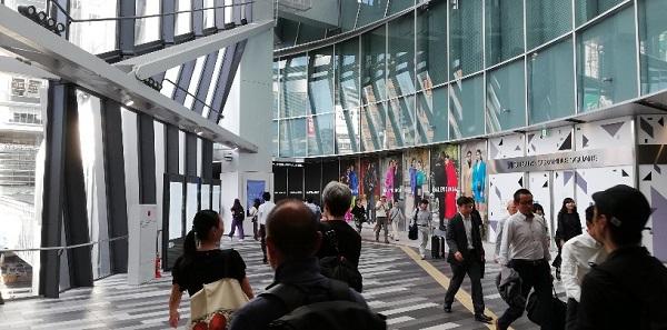 渋谷スクランブルスクエアのガラス張りの3F通路