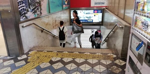 渋谷駅のしぶそば前の階段