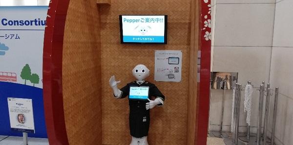 品川駅構内のナビゲーションロボット(ペッパーくん)