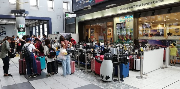 品川駅の改札の外の一時荷物預かり所(中央通路びゅうプラザの前)