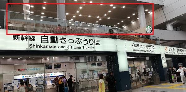 品川駅の新幹線北改札の上(スターバックス)