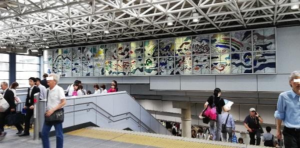 品川駅の高輪口の階段(ステンドグラスの下)
