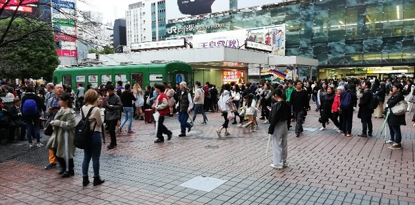渋谷駅のハチ公広場(青ガエルの前)