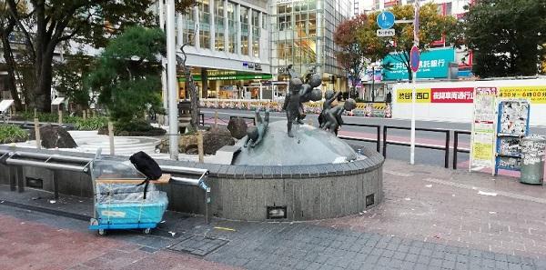 渋谷ハチ公広場の地球のうえであそぶこどもたち