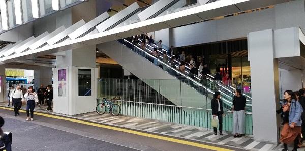 渋谷駅東口スクランブルスクエアのエスカレーター前