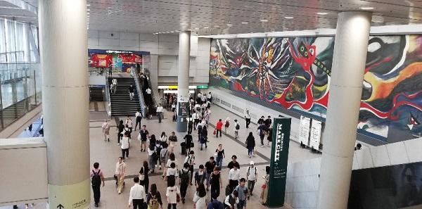 渋谷駅構内の通路(京王井の頭線壁画前)