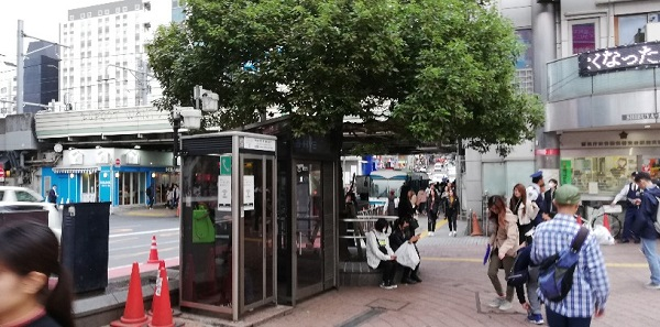 渋谷駅のハチ公広場の交番の前