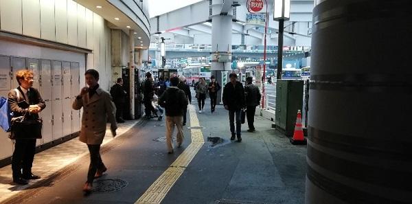 渋谷駅の西口モヤイ像前の高架下