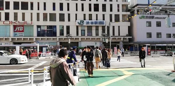 渋谷駅西口バスターミナル前の横断歩道を渡る