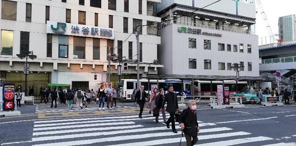 渋谷駅西口前の横断歩道