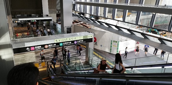 渋谷スクランブルスクエアのエスカレーターを下りる